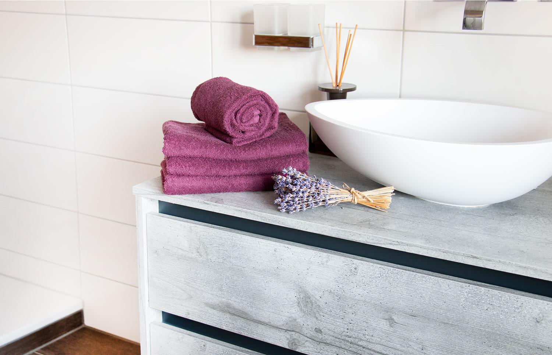 Farbliche Akzente mit Handtüchern setzen